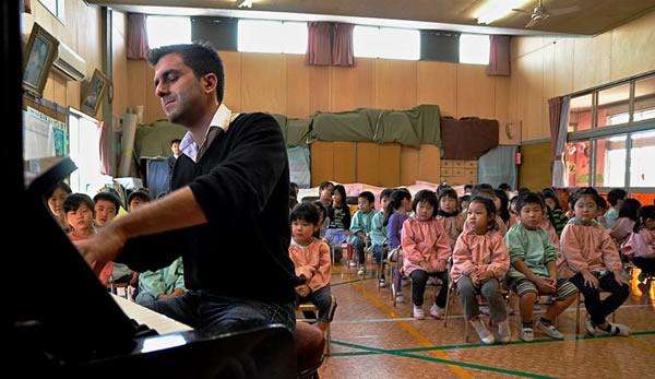 O Πάνος Καράν, παίζοντας πιάνο για παιδιά επιζώντες στη Φουκουσίμα