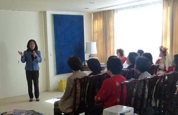H καθ. Masako Kido σε διάλεξή της για το ελληνικό κόσμημα στην εκδήλωση «Γνωριμία με την Ελλάδα» που διοργάνωσε η κα Lawand-Τσαμαδού σύζυγος του Έλληνα Πρέσβη στην Ιαπωνία Νικόλαου Τσαμαδού. (Πρεσβευτική Κατοικία, Τόκιο, Φεβρουάριος 1013)