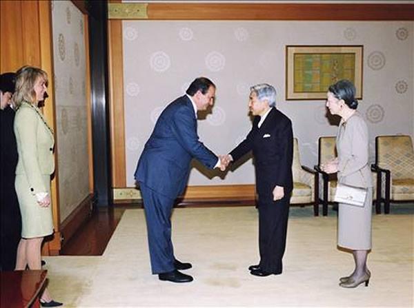 Ο τότε Πρωθυπουργός κ. Καραμανλής γίνενται δεκτός από τον Αυτοκράτορα της Ιαπωνία Ακιχίτο