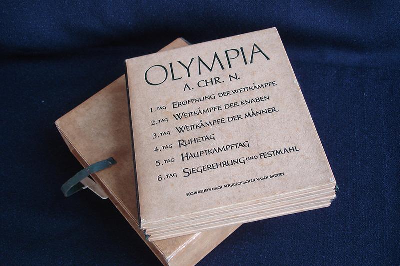(1) 1936年(昭和11年)ベルリンオリンピック組織委員会からVIPに向けた記念品。古代オリンピックの様子を6枚の青銅板に浮彫にした書籍仕立てのレリーフ