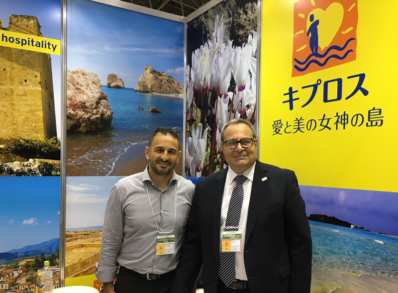 右:キプロス政府観光局のロイズ局長、左:ヨルゴス・ミナス・マーケティングオフィサー