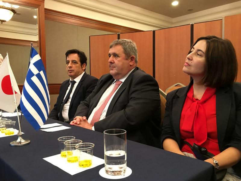 中:カキュシス大使、左:イコノム経済商務部長、右:カマ一等書記官