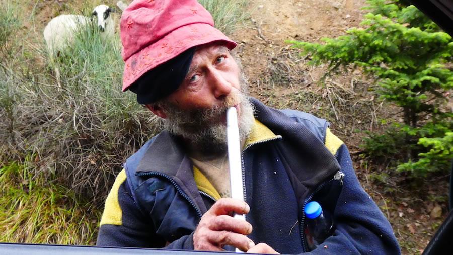 フロゲラ(笛)を吹く村の古老