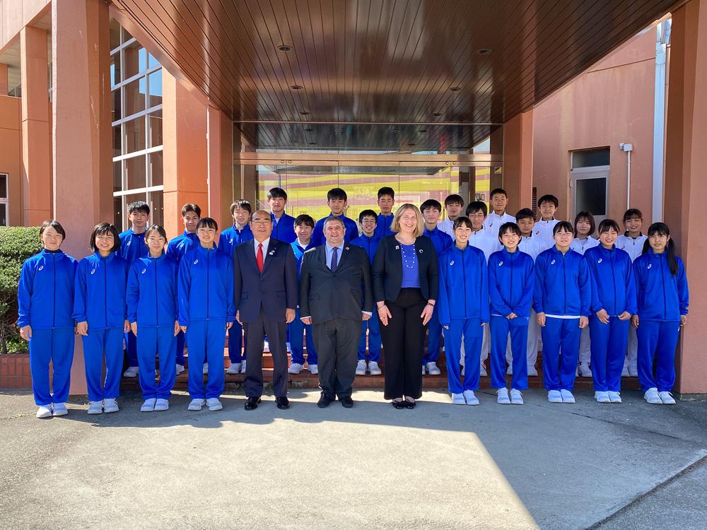カキュシス大使、加藤市長、ヤナカル夫人、サポートランナーを務めた稲沢市の生徒ら © GreeceJapan.com/Junko Nagata