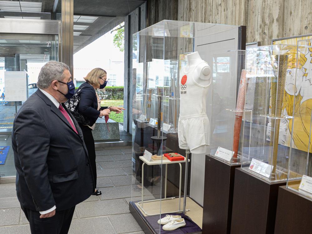 市庁舎のオリンピック関連展示を鑑賞するカキュシス大使とヤナカル夫人 © 稲沢市