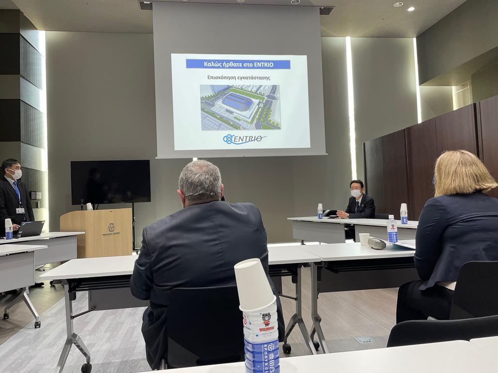 豊田合成記念体育館・ENTRIOで説明に耳を傾けるカキュシス大使 © 稲沢市