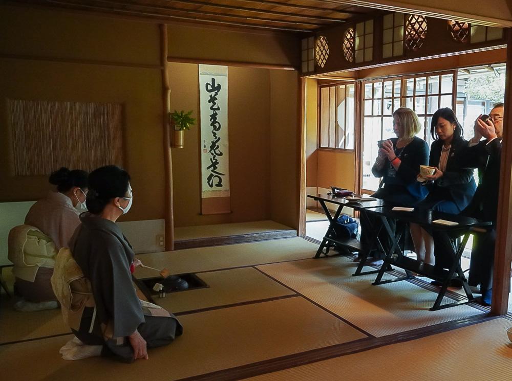 国府宮の茶室で開かれた茶会に出席するヤナカル夫人 © GreeceJapan.com/Junko Nagata
