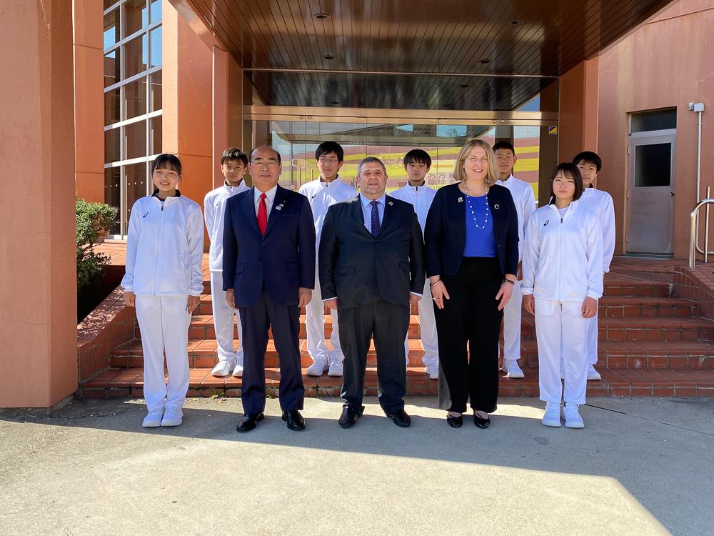 大使のサポートランナーを務めた市内中学生と © GreeceJapan.com/Junko Nagata