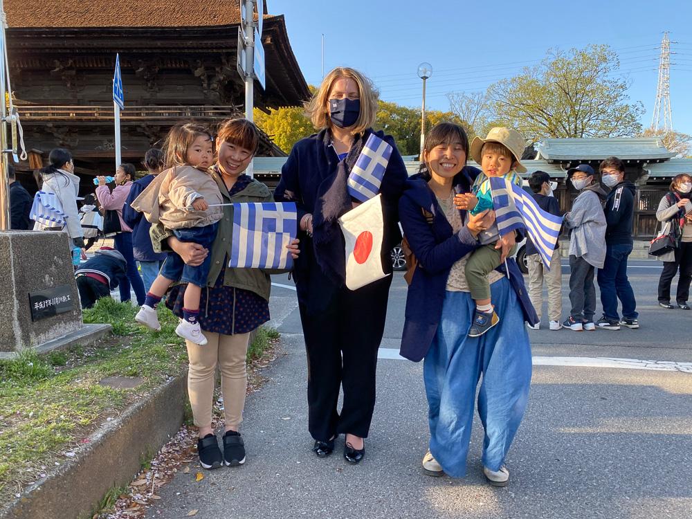 ギリシャ国旗を手に応援に訪れた稲沢市の皆さんとヤナカル夫人 © GreeceJapan.com/ Junko Nagata