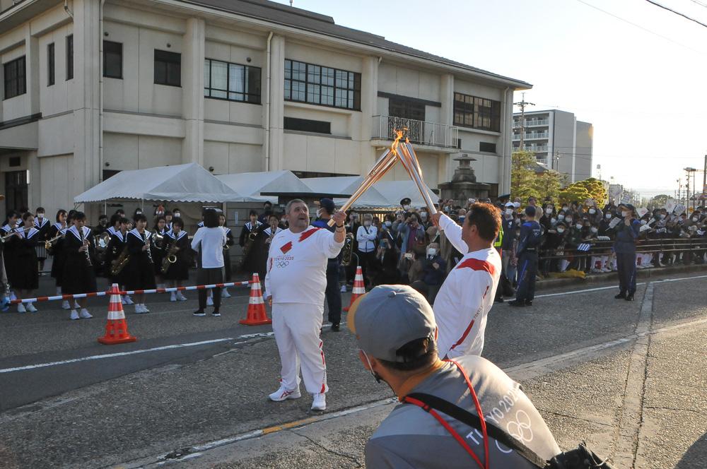 南知多在住の第3走者・板谷勝彦さんとのトーチキス © 稲沢市