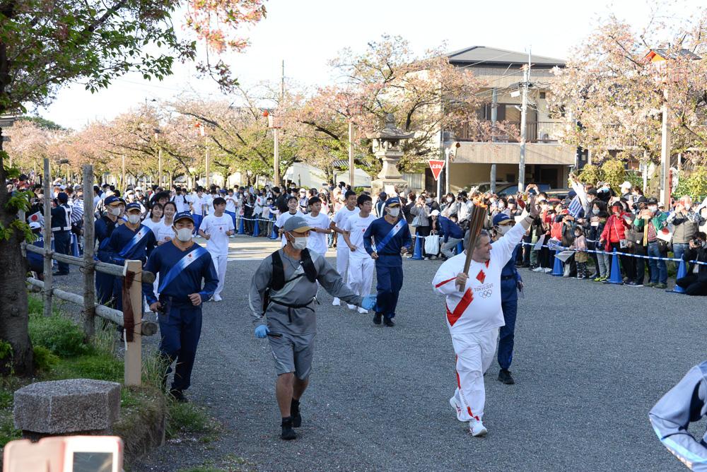 国府宮の参道で聖火リレーに参加するカキュシス大使 © 稲沢市