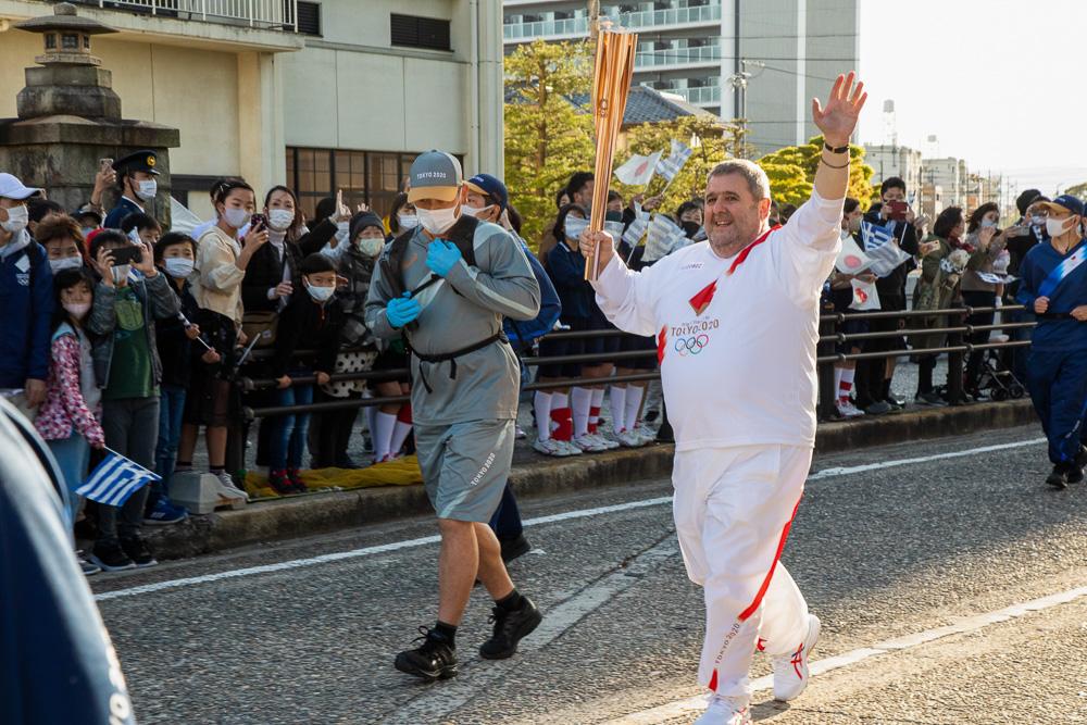 姉妹都市・稲沢市の市民に手を振るカキュシス大使 © 稲沢市