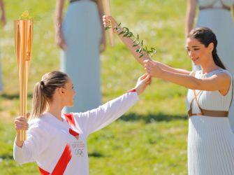 ギリシャオリンピック委員会、ギリシャ国内の聖火ランナーに聖火トーチを贈呈
