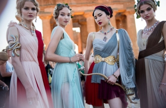古代ギリシャ神殿でドルチェ&ガッバーナのコレクションが開催