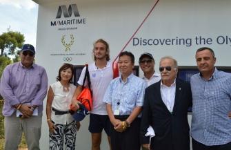 デビスカップ予選に出場のギリシャのチチパス、国際オリンピックアカデミーのブースを訪問