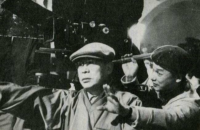 Ο Kenji Mizoguchi σκηνοθετώντας την ταινία Akasen chitai (1956)