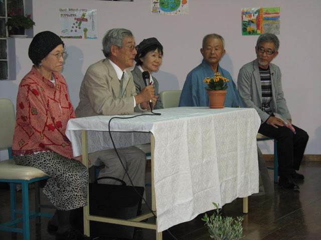 Από επίσκεψη των Χιμπακούσα στην Ελλάδα και συγκεκριμένα εκδήλωση του 5ου Δημοτικού Σχολείου Ταύρου, το 2008