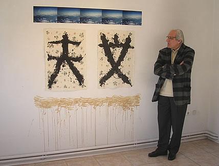 """Ο καθηγητής Δημοσθένης Αγραφιώτης μπροστά στις """"Ουρανειώσεις, γειώσεις"""" μικτή τεχνική, σινική μελάνη σε ιαπωνικά χειροποίητα χαρτιά photo (c) GreeceJapan.com"""