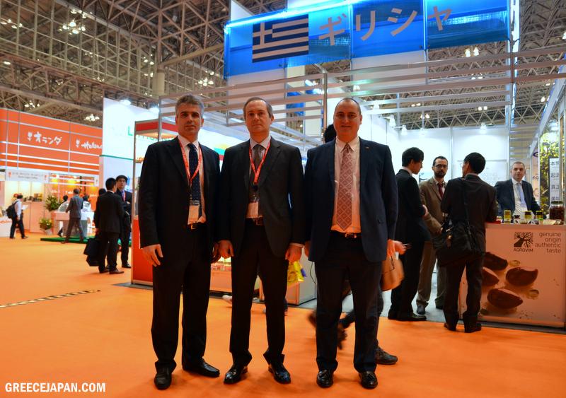 Ο Πρέσβης στης Ελλάδας στο Τόκιο κ. Λουκάς Καρατσώλης (στη μέση) με τον Διονύση Πρωτοπαπά, Σύμβουλος Α' Οικονομικών & Εμπορικών Υποθέσεων (αριστερά) και τον κ. Μάριο Μαθιουδάκη, Γραμματέα Α' Οικονομικών & Εμπορικών Υποθέσεων