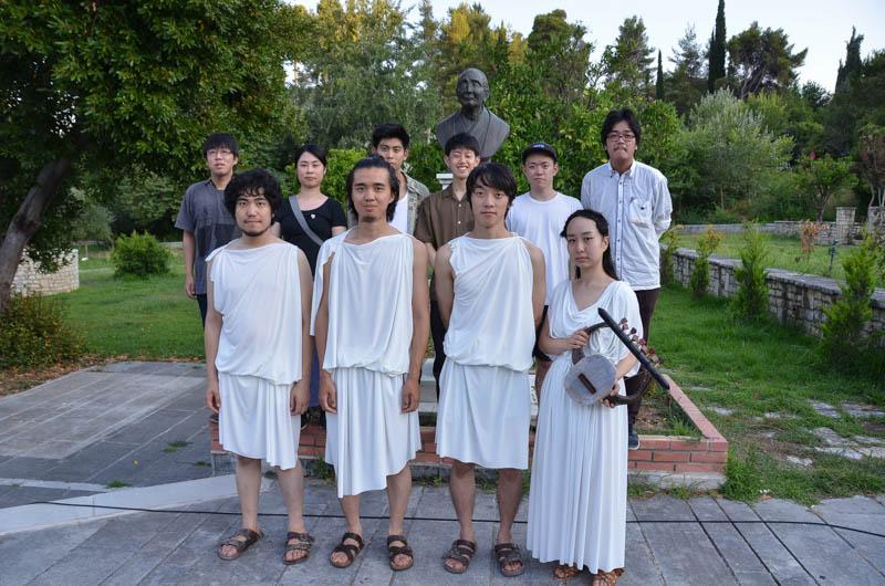 Μπροστά στην προτομή του Ιάπωνα φιλοσόφου Κέιτζι Κοκούμπου