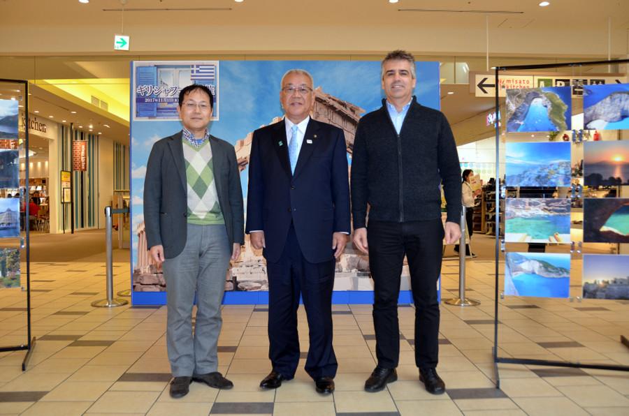 Ο Δήμαρχος του Μισάτο κ. Masaaki Kizu (μέση) με τον Γραμματέα της Japan-Greece Society κ. Shuji Kawakami και τον επικεφαλής του Γραφείου ΟΕΥ Τόκιο κ. Διονύση Πρωτοπαπά