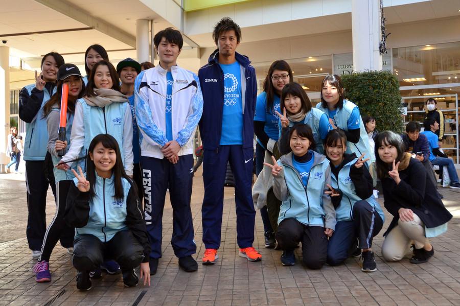 Ο πρωταθλητής κολύμβησης Kazuki Watanabe και ο δρομέας 100 και 200 μέτρων Kenji Fujimitsu ποζάρουν με κορίτσια του Μισάτο