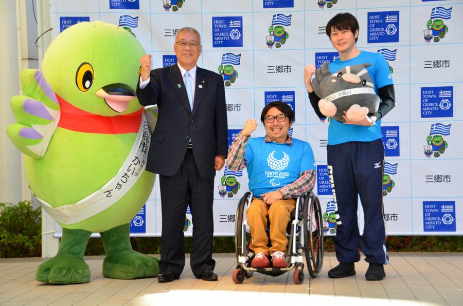 Ο Δήμαρχος του Μισάτο Masaaki Kizu με τον ασημένιο Παραολυμπιονίκη Daisuke Uehara και τον πρωταθλητή κολύμβησης Kazuki Watanabe