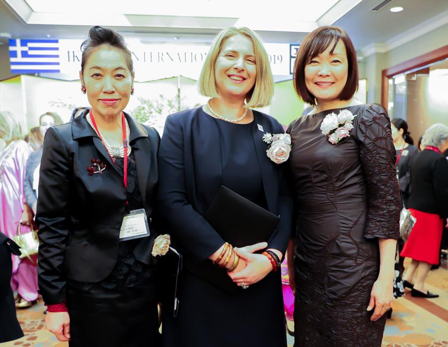 Η κα Ιωάννα Χαρίκλεια Γιαννακάρου με την κα Άκιε Άμπε (δεξιά) σύζυγο του Ιάπωνα Πρωθυπουργού και την κα Τζούνκο Κατάνο