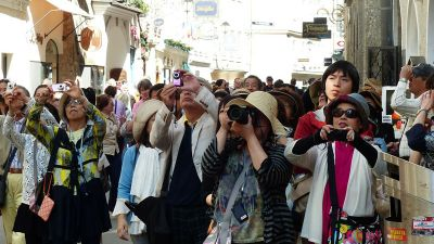 photo-tourists.jpg